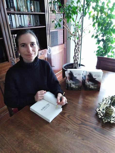 Sara Pintado en dédicaces avec son roman Sous les ailes du Dieu Corbeau
